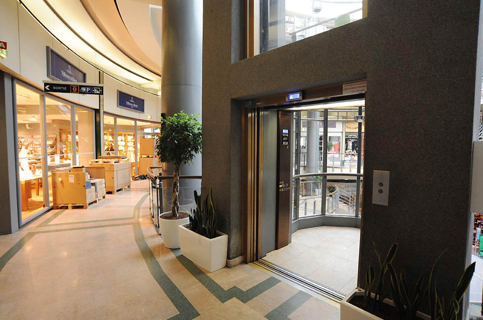 Un ascenseur comment a marche gros plan sur les portes - Centre commercial les portes de chevreuse ...