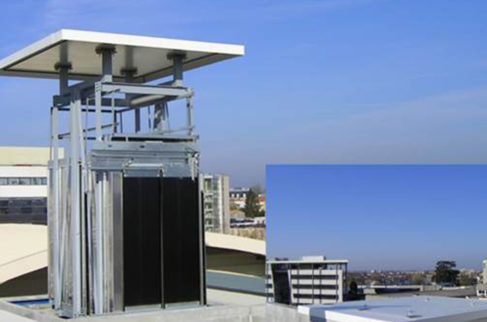 Ascenseur sur le toit d'un immeuble avec héliport