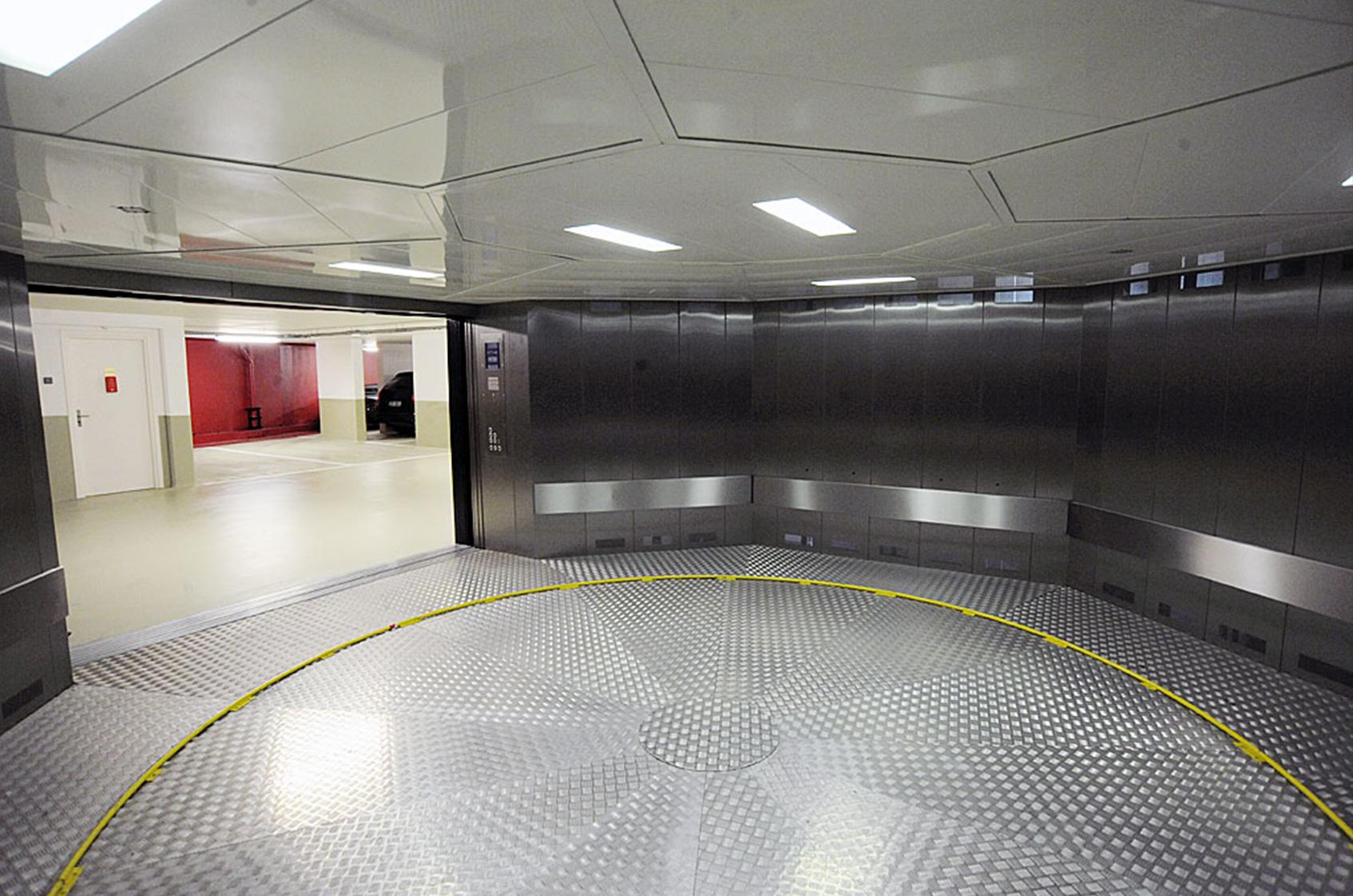 des ascenseurs pas comme les autres les monte voitures. Black Bedroom Furniture Sets. Home Design Ideas